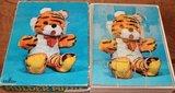 Oude houten puzzel van een tijger knuffeldier_