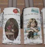 2 Grijsbruine kaarsen in brocante muziekzakje_