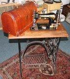 Oude trapnaaimachine Singer met deksel_