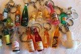 Oude brocante sleutelhangers dranken e.d._