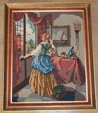 Groot borduurwerk dame kijkt uit raam in oude lijst_