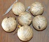 Brocante kerstballen met oud tekst papier_