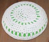 Brocante groene gevlochten poefje met witte gehaakte hoes_