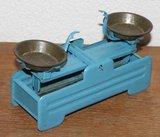 Oude brocante blauwe metalen speelgoed weegschaal_