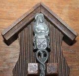 Oude vintage brocante tinnen lepel aan houten wandrekje_