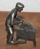 Oud vintage brocante tinnen beeldje messenslijper, scharensliep_
