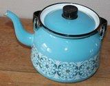 Vintage brocante lichtblauwe emaillen waterketel met motief_