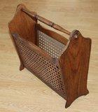 Vintage brocante houten lectuurmand, krantenbak met rattan_