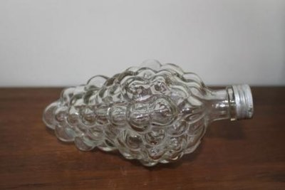 Oud brocante Grappa flesje liggend model druiventros