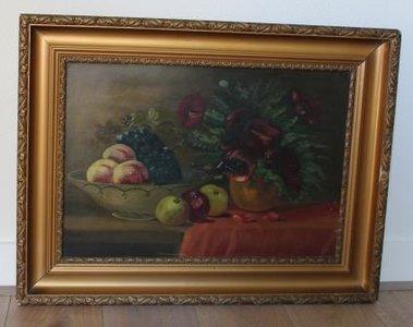 Oud stilleven met klaprozen en fruit