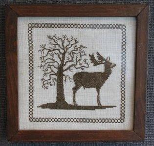 Borduurwerkje in bruin, hert met boom