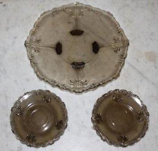 Oud gebaksstel, zwart glas, schaal & 4 schotels