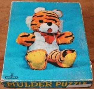 Oude houten puzzel van een tijger knuffeldier