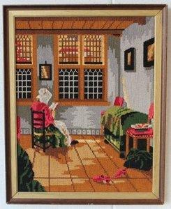 Groot borduurwerk lezende dame in oude lijst