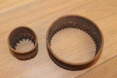 Set v 2 maten oude uitsteekvormen met ribbels