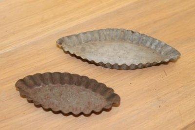 Set v 2 oude ovale schuitjes bakvormpjes