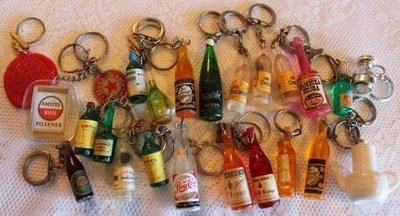 Oude brocante sleutelhangers dranken e.d.