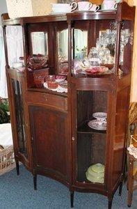 Antieke houten buffetkast met glazen deuren