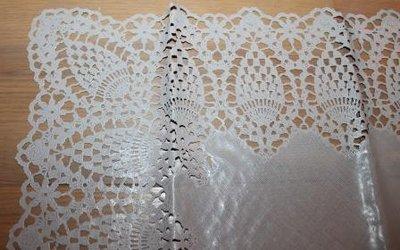 Brocante tafelkleedje, loper grijsbruin kant plastic 40x150 cm