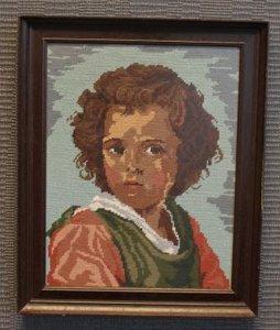 Groot borduurwerk jongetje in oude lijst
