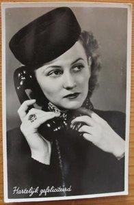 Oude ansichtkaart bellende dame Gefeliciteerd