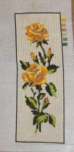 Borduurwerk met gele rozen aan tak, los
