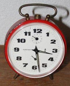 Oude rode metalen brocante wekker Repeteer