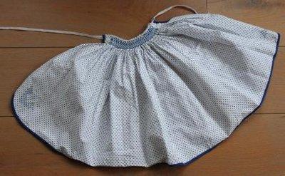 Brocante kinderschortje wit/blauw borduursel
