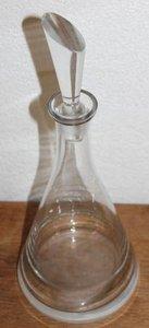 Grote glazen karaf met schuinlopende dop