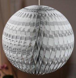 Grote brocante kerstbal muziekpapier, 3D decoratie 18 cm