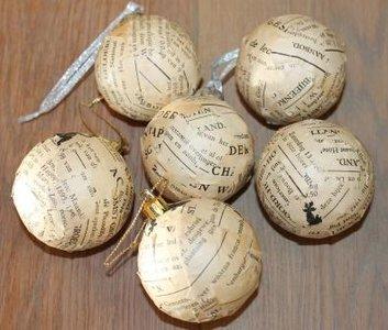 Brocante kerstballen met oud tekst papier
