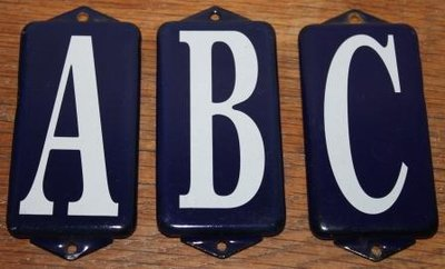 Oude donkerblauwe emaillen plaatjes ABC witte letters set