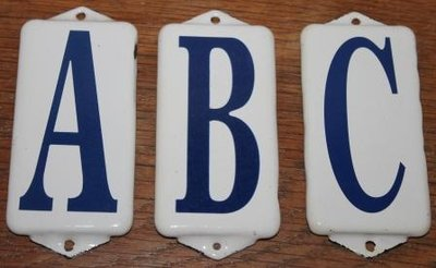 Oude witte emaillen plaatjes ABC blauwe letters set