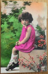 Oude ansichtkaart vintage meisje Hartelijk Gefeliciteerd