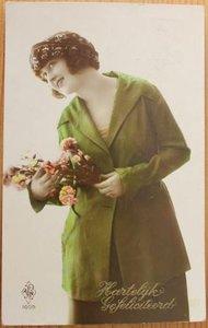 Oude ansichtkaart vintage dame Hartelijk Gefeliciteerd