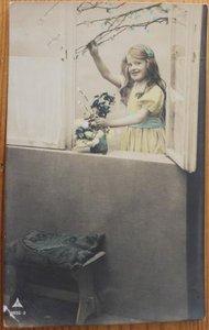 Oude ansichtkaart vintage meisje m. bloesemtak