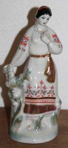Oud brocante beeldje dame in klederdracht
