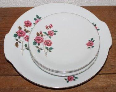 Oud brocante gebaksstel roze bloem, schaal & 3 schotels