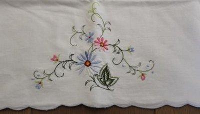 Oud brocante kussensloop pastel geborduurde bloemen