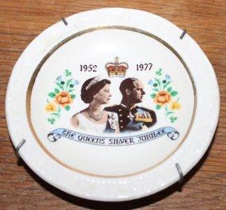 Oude brocante schotel Queens Silver Jubilee 1952-1977