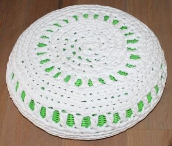 Brocante groene gevlochten poefje met witte gehaakte hoes