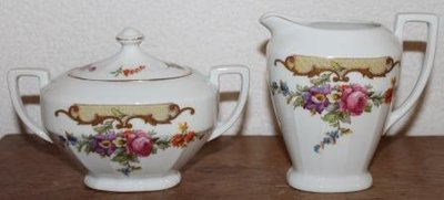 Oude brocante suikerpot en melkkan pastel bloemetjes