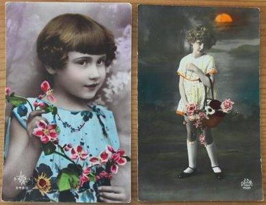 2 Oude brocante ansichtkaarten vintage meisje bloem ingekleurd