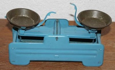 Oude brocante blauwe metalen speelgoed weegschaal