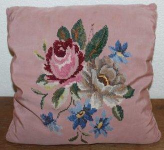 Oud brocante roze kussentje m geborduurde bloemen