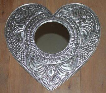 Grote brocante spiegel hartjesvorm gestanst metaal