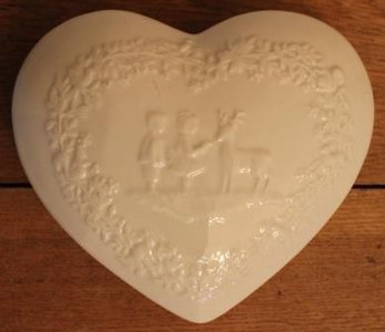 Brocante wit schaaltje m deksel hartvorm kindjes & dieren