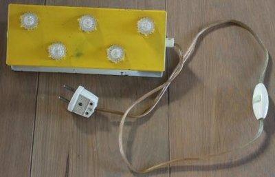 Oud brocante bed-/leeslampje van geel metaal m. sterretjes