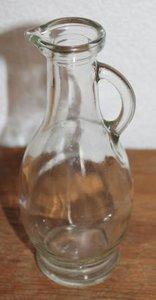 Klein brocante glazen schenk kannetje, karafje olie & azijn etc.