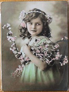 Nostalgisch brocante prentje vintage meisje op houten bordje